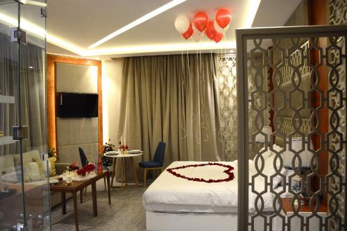 سرير أو أسرّة في غرفة في الايوان للاجنحة الفندقية