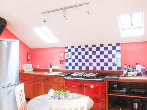 A kitchen or kitchenette at The Byre