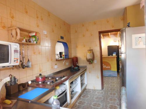 A cozinha ou cozinha compacta de Hostel Na Praia - Hospedagens e eventos