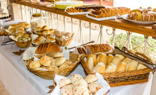 Breakfast options available to guests at Pousada Quinta dos Colibris