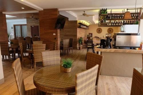 A restaurant or other place to eat at The Piccolo Hotel of Boracay