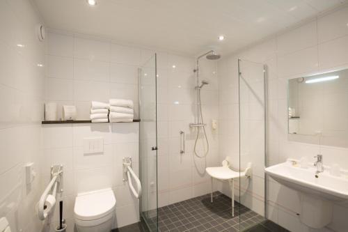 A bathroom at Strandhotel Bos en Duin