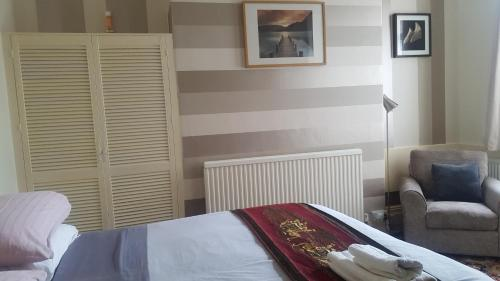 A bed or beds in a room at Earlsmere Guesthouse