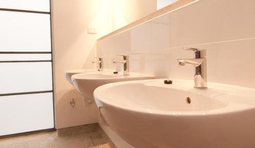 A bathroom at Kangaroo Inn