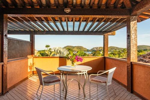 A balcony or terrace at Hotel Ferradura Resort