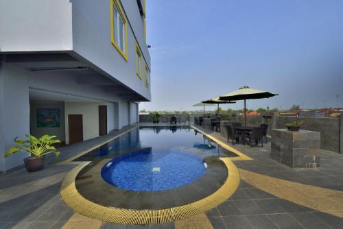 The swimming pool at or close to Hotel Dafam Pekalongan