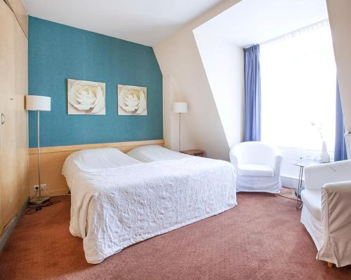 A bed or beds in a room at Hotel Gevers