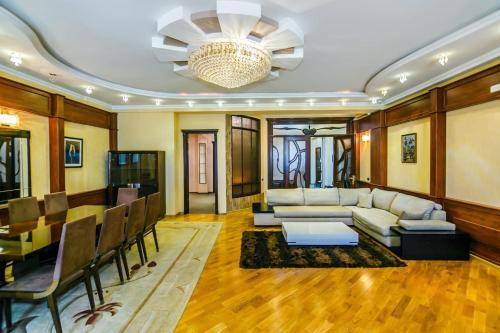 Uma área de estar em Apartment On Center Targovi