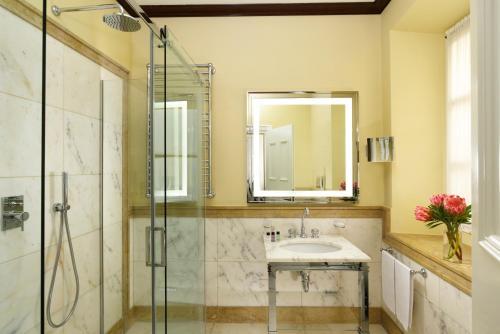 A bathroom at Hotel L'Orologio