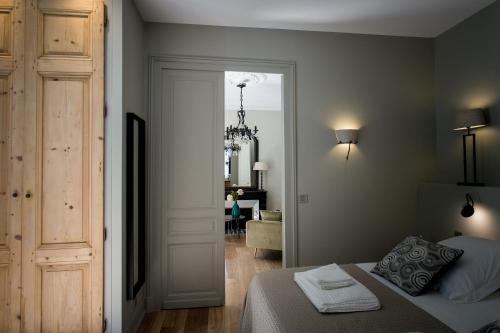 A bed or beds in a room at La Suite d'Elisabeth