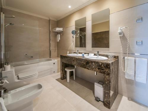 Un baño de Hotel Talaso Louxo La Toja