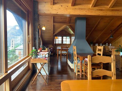 Un restaurante o sitio para comer en El Xalet de Taüll Hotel Rural