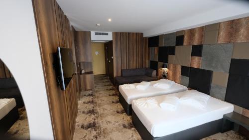 سرير أو أسرّة في غرفة في فندق هوليوود