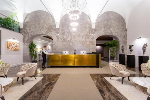 The lobby or reception area at Hotel Bretagna Heritage - Alfieri Collezione