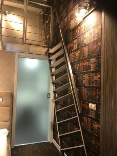Telewizja i/lub zestaw kina domowego w obiekcie Apart Lofts Car Factory by WarsawResidence Group