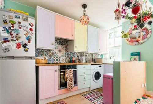 A kitchen or kitchenette at Fashionably Fabulous Designer Apartment Luxe with Private Roof Terrace 24h Transport Zone 2 Greater London