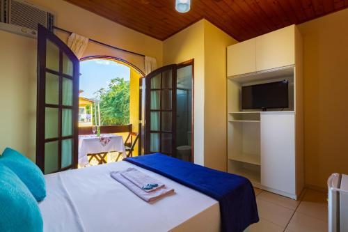 A bed or beds in a room at Pousada Recanto do Jabaquara