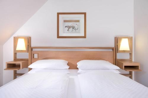 A bed or beds in a room at Hotel Agneshof Nürnberg