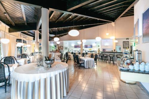 Een restaurant of ander eetgelegenheid bij Hotel THe Risco Del Gato Suites