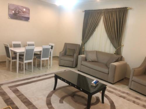 Uma área de estar em Road Side Suites