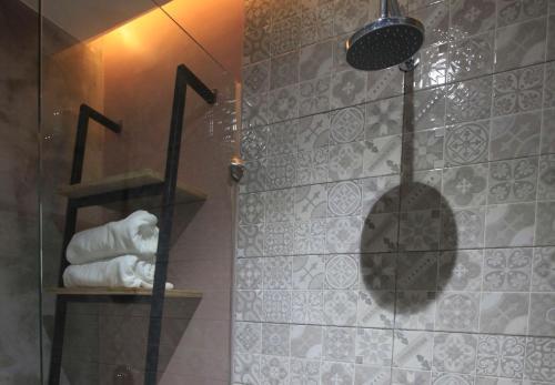 A bathroom at Zenvea Hotel