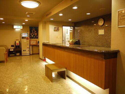Area lobi atau resepsionis di Hotel Route-Inn Toyama Ekimae