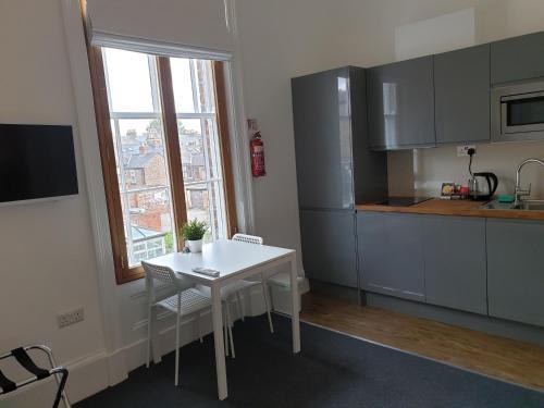 Una cocina o zona de cocina en McMillan House Studio Apartments