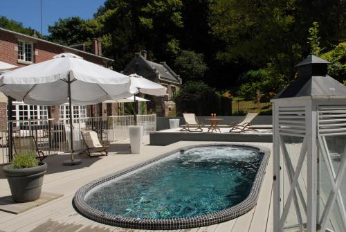 The swimming pool at or near Domaine de Joinville