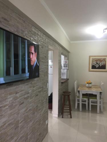 Uma TV ou centro de entretenimento em Enseada guaruja