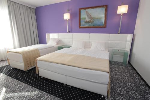 A bed or beds in a room at Hotel Phoenix