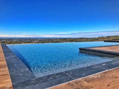 Het zwembad bij of vlak bij Villa Barbero Alba Langhe