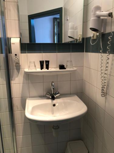 A bathroom at Hotel Zee en Duin
