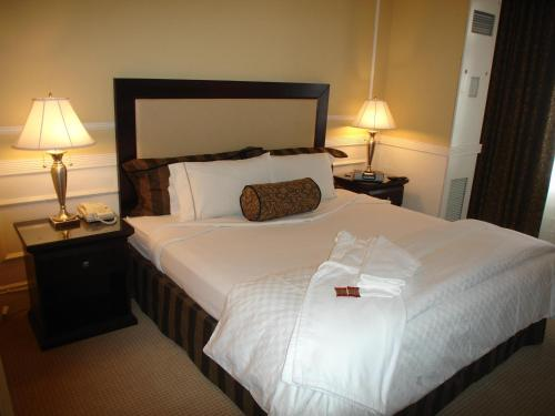 A bed or beds in a room at The Pickwick Hotel San Francisco