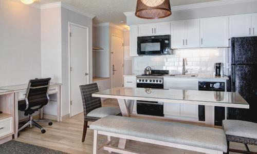 A kitchen or kitchenette at Hallmark Resort in Cannon Beach