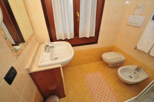 A bathroom at Locanda Sant'Anna Hotel