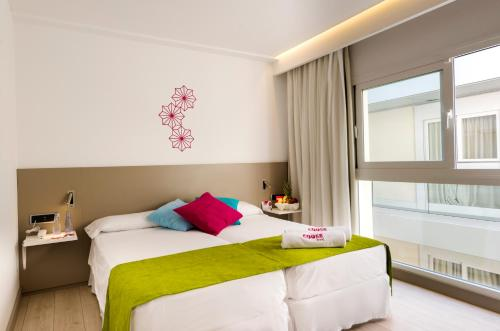 A bed or beds in a room at HOTEL COOEE CALA RATJADA