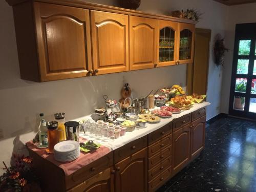 A kitchen or kitchenette at Hotel garni Gerisch