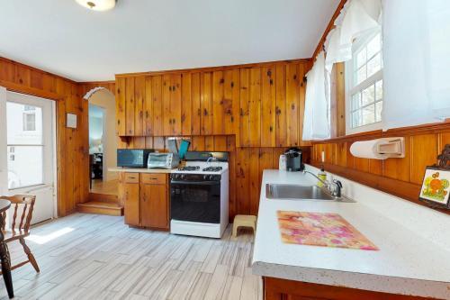 A kitchen or kitchenette at Dennis Port Delight