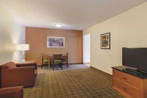 A seating area at La Quinta Inn by Wyndham Denver Cherry Creek