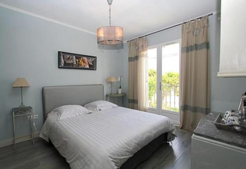 A bed or beds in a room at Le Clos du Jas