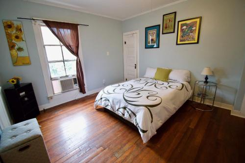 A bed or beds in a room at Cajun Hostel Studio Vermillion