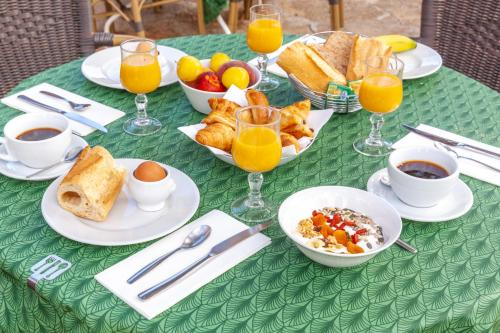 Breakfast options available to guests at Le Madaleno