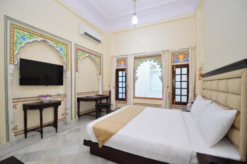A bed or beds in a room at Aaram Baagh Agra By Pachar Group