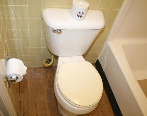 A bathroom at Lake Lighthouse Inn