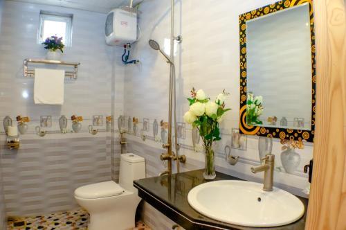 A bathroom at catba sunrise hotel