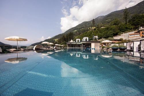 Der Swimmingpool an oder in der Nähe von Quellenhof Luxury Resort Passeier