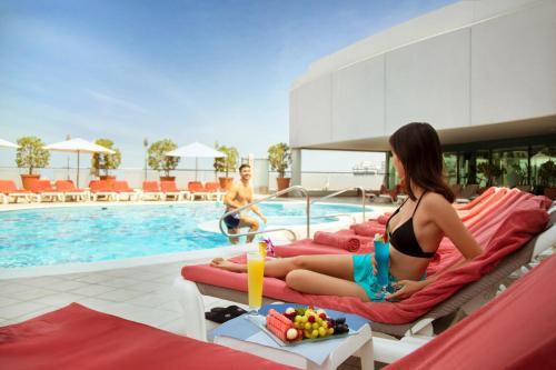 Der Swimmingpool an oder in der Nähe von Towers Rotana - Dubai