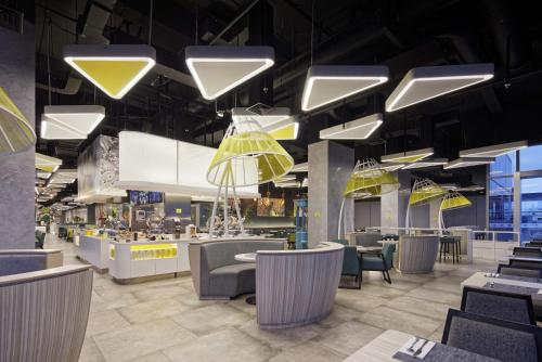 A restaurant or other place to eat at YELLO Hotel Harmoni