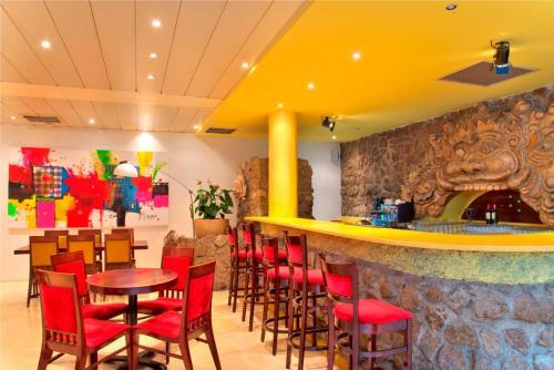De lounge of bar bij Torarica Resort