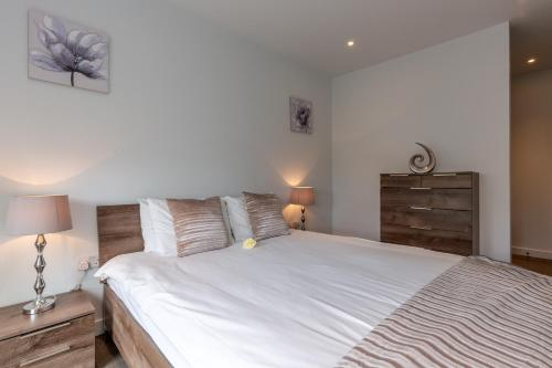 A bed or beds in a room at Luxury Central London Apartment